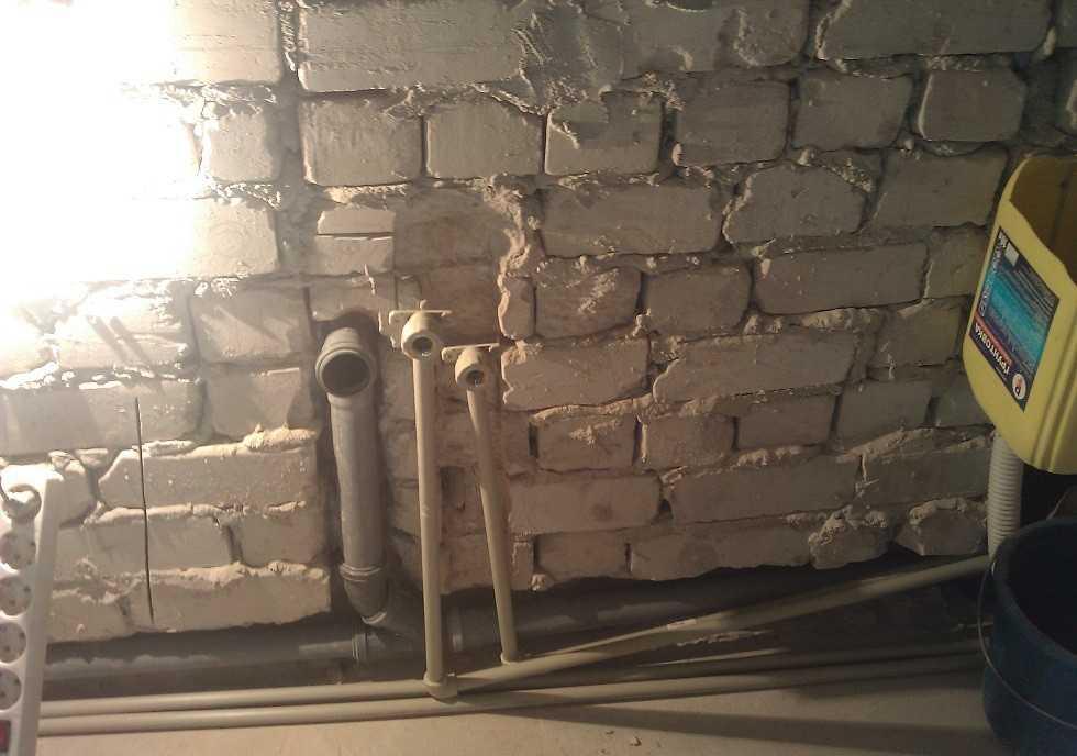 Трубы холодной и горячей воды, канализация