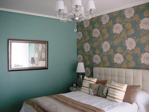 дизайн спальни с обоями двух цветов фото 34