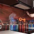 Особенности монтажа кухонного фартука из стекла
