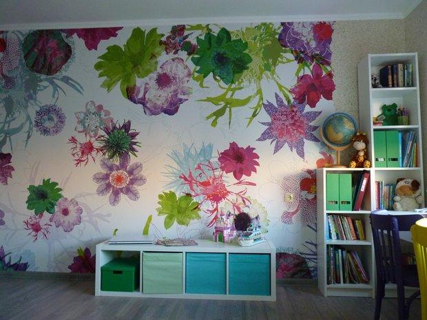 Фотообои с цветами в детской для девочки