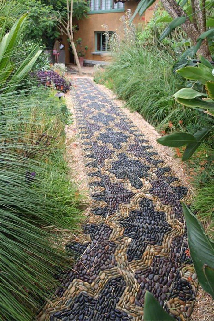 На фото садовая дорожка из гальки