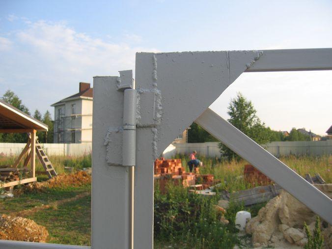 Над верхней петлей каждой воротины приварили уголки, чтобы ворота было не снять