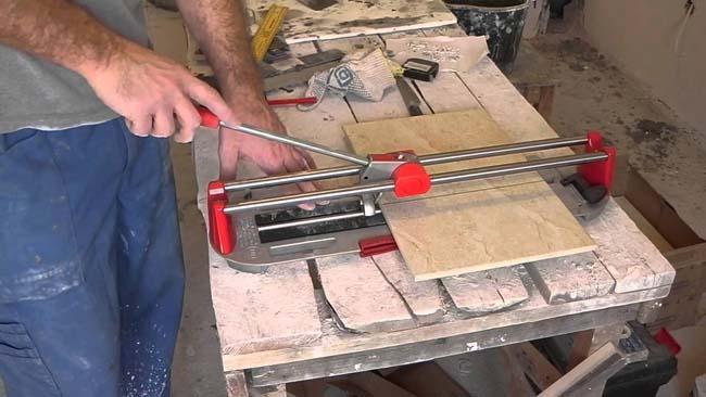 используем плиткорез для подгона плиток вдоль стены