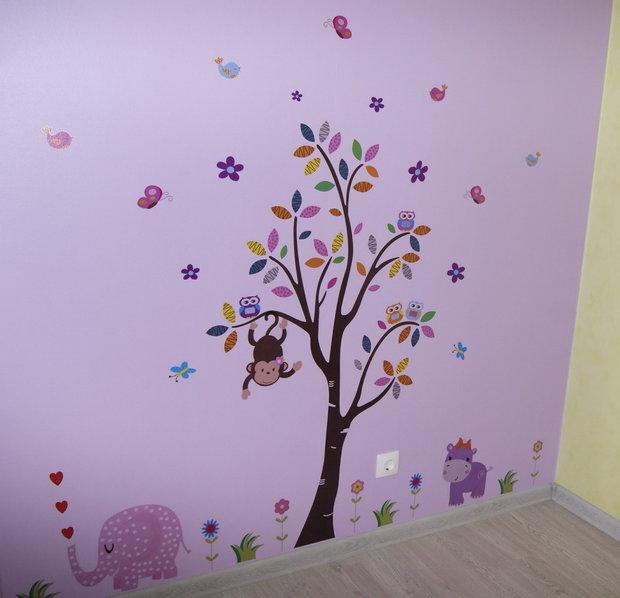 Стена с наклейками в детской для девочки