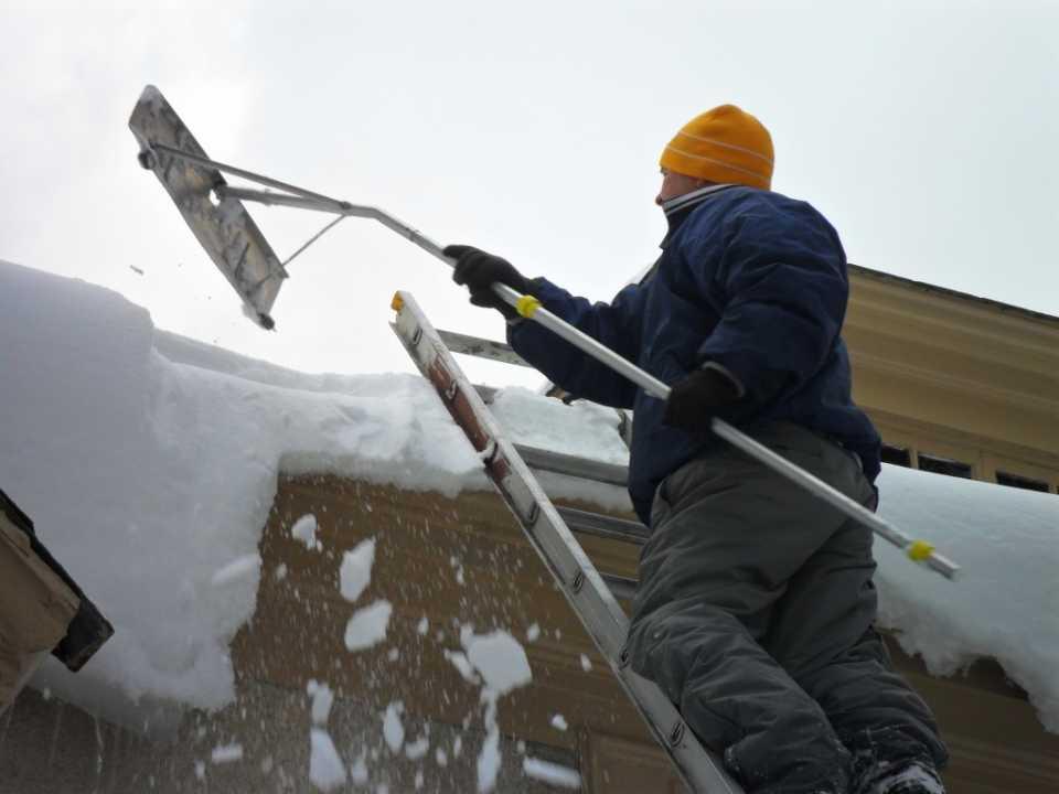 Лопата для уборки снега в форме скребка