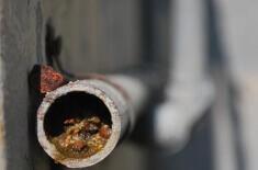 Сильный засор в канализационной трубе