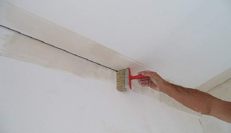 Грунтование стыка стен и потолка