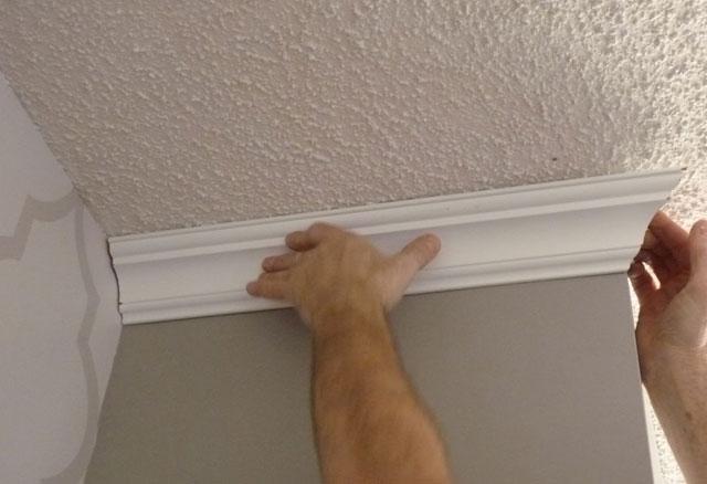 как клеить галтели на потолок
