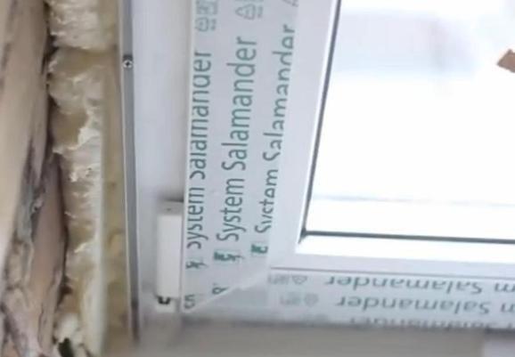 L-образный пластиковый профиль прикреплен к раме. Шаг саморезов 150-200мм