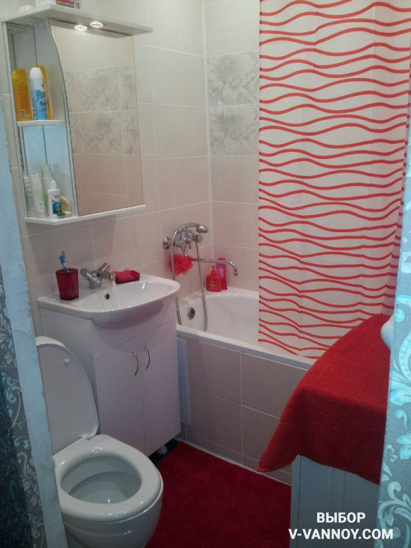 Аксессуары ванной должны сочетаться между собой, а также с основным тоном плитки. В основном используют следующие элементы наполнения интерьера: полотенца, коврики, корзина для белья и т.д.