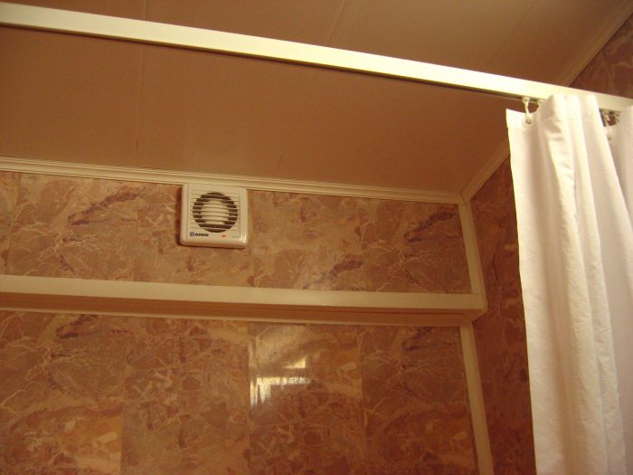 Принудительная вытяжка, установленная над ванной