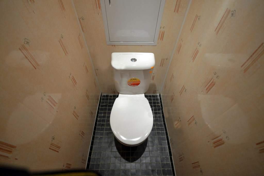 Туалет, обшитый пластиком, смотрится аккуратно