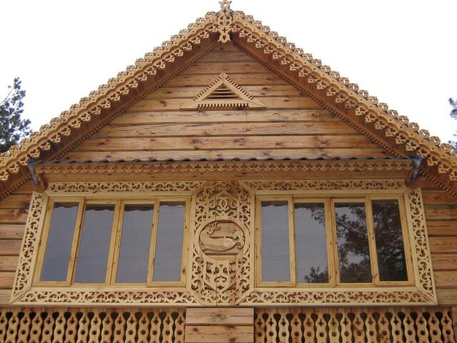 На фото - резной фронтон на деревянном доме