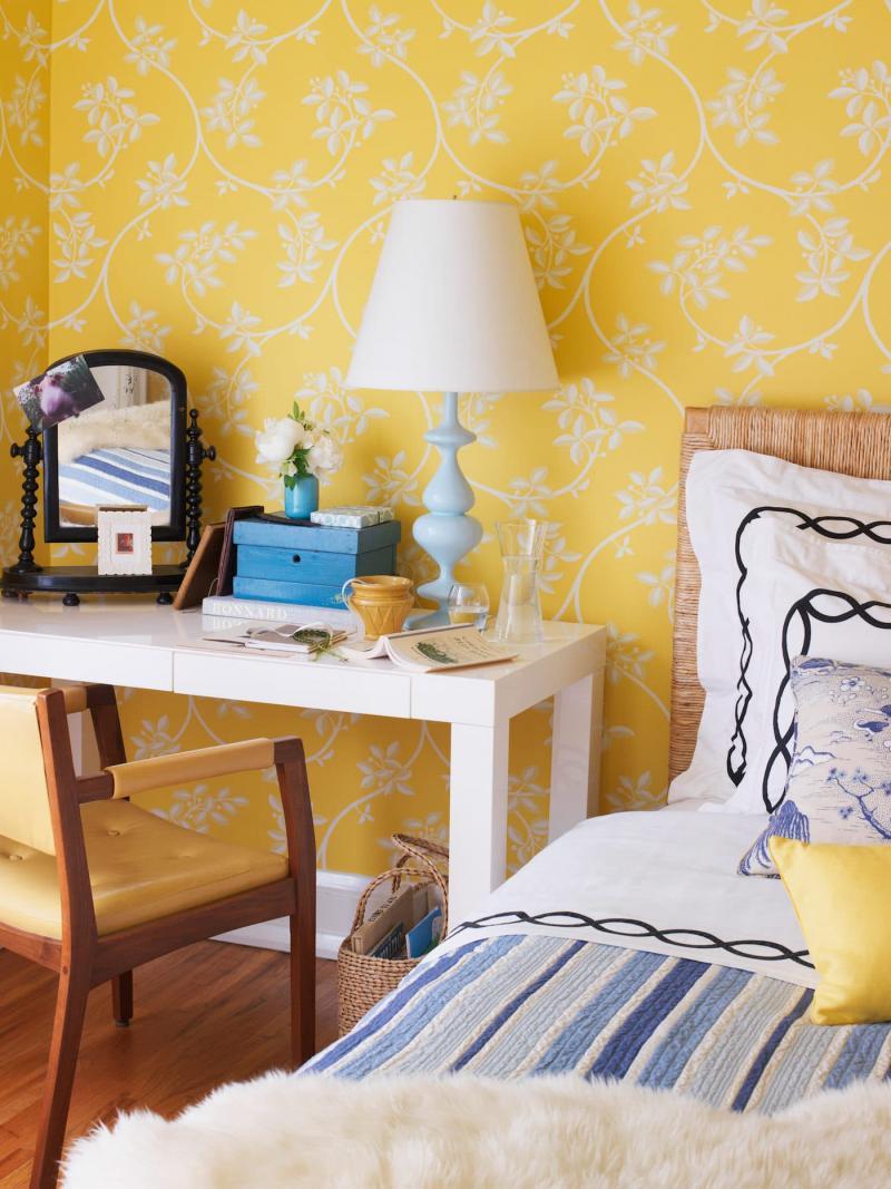 Желтые обои в интерьере спальни 6