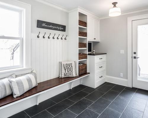 Шкаф и открытые вешалки в большой прихожей