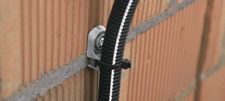 закрепление гофрированной трубки на стене скобой X-ECT MX