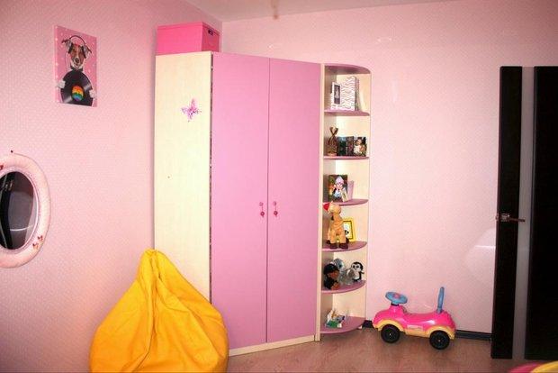 Розовая мебель в детской для девочки
