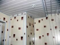 Реечный пластиковый потолок в санузле