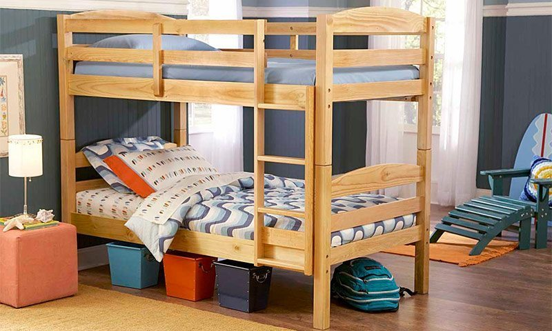 Изготовленная в домашних условиях двухэтажная кровать может использоваться не только детьми, но и взрослыми при возникновении соответствующей необходимости