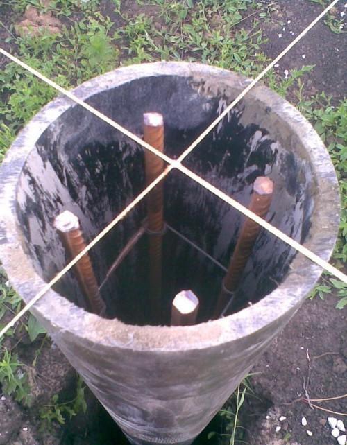 Труба и арматура установлены в лунку