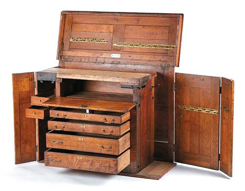Эта комбинация верстак плюс шкаф - адаптация Lee Valley векового антикварного комода старинной фирмы Hammacher-Schlemmer