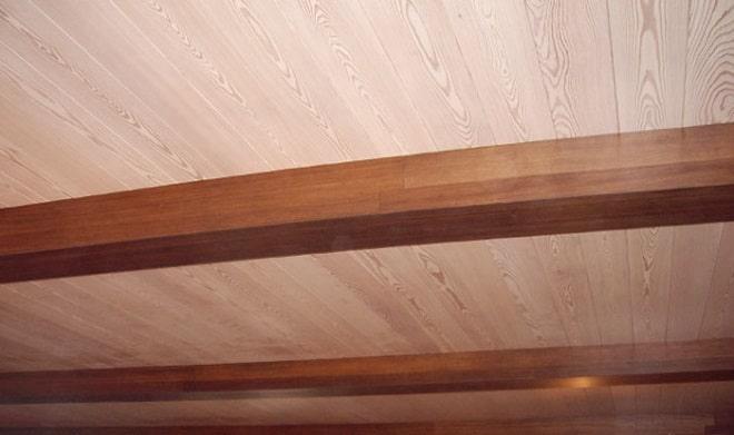 потолок из вагонки с балками