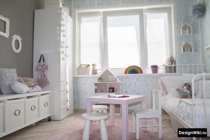 Серый и бледно-розовый цвет в детской для девочки