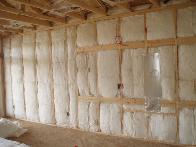 Заполненная утеплителем стена каркасного дома