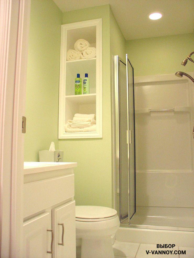 Мятно-зеленые стены ванной комнаты, в сочетании с белой отделкой и сантехникой, создают эффект свежести, а стеклянные дверки душевой разграничивают пространство функционально, не формируя визуальных преград. Такой способ отлично подходит для обустройства маленьких помещений.