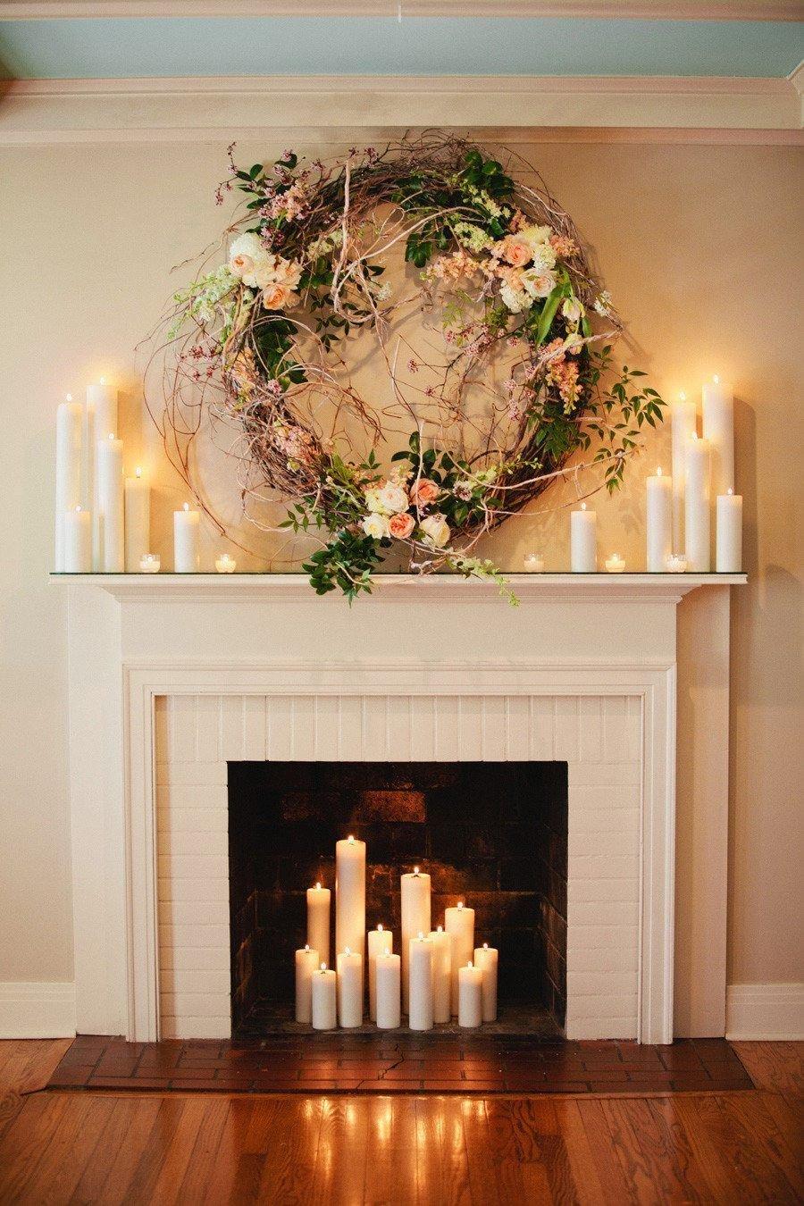 Венок и свечи на декоративном камине