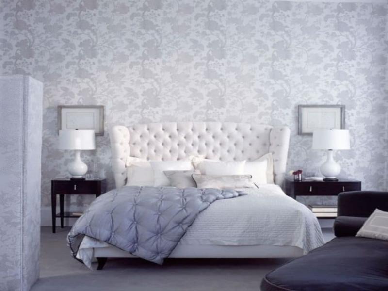 Белые обои в интерьере спальни 1