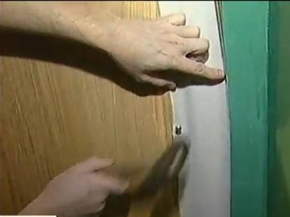 Полоску дерматина накладывают на край двери изнаночной стороной