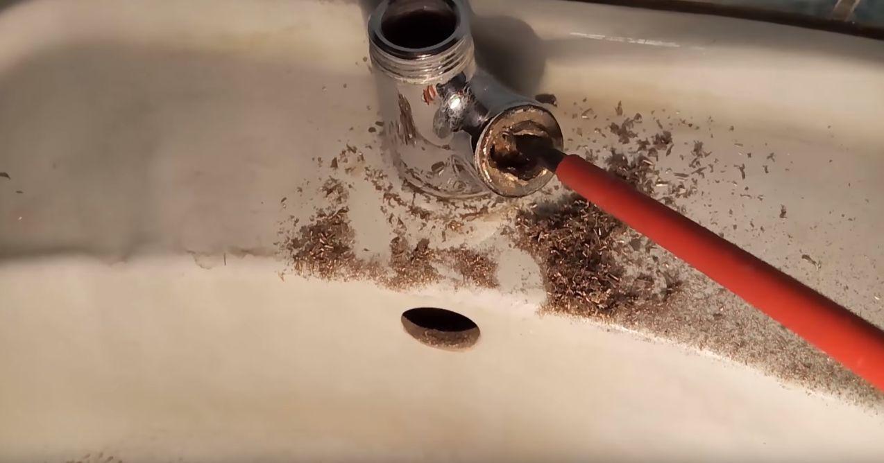 Выламывание керамических элементов кран буксы отверткой