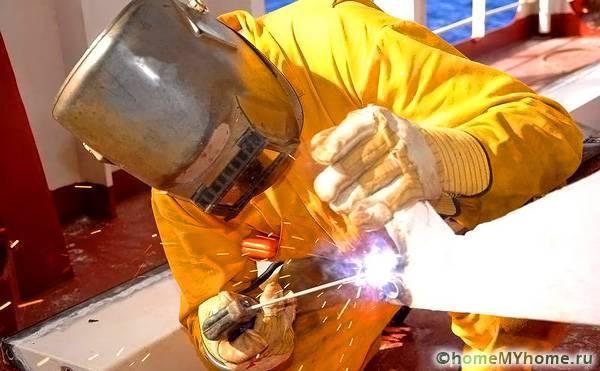 При выполнении сварочных работ обязательно использование защитной одежды