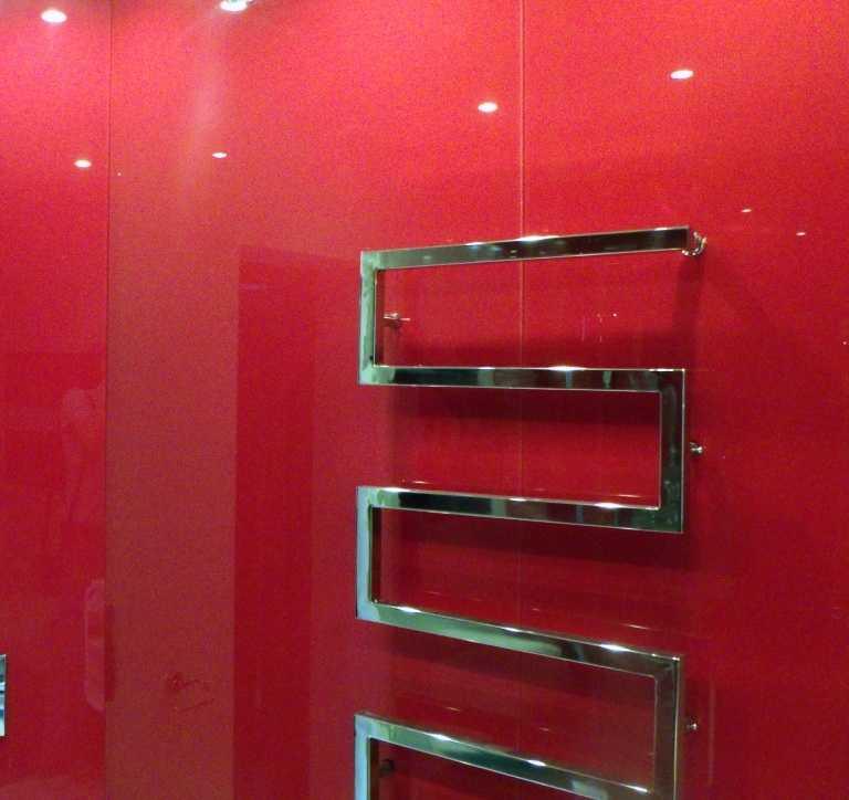 Окрашенные стены в ванной можно защитить стеклом или панелями из поликарбоната