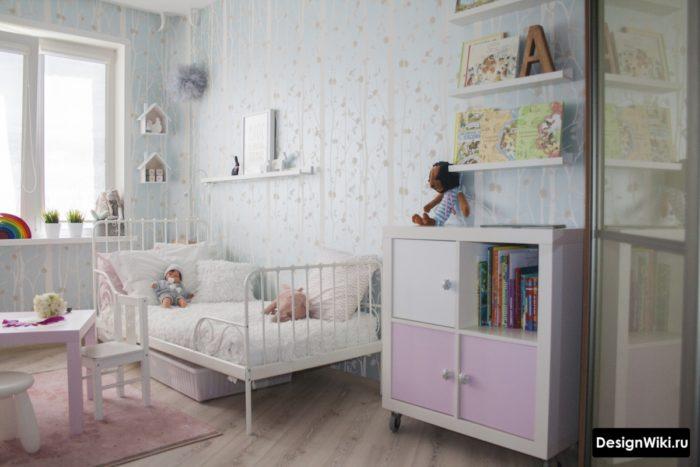 Стильный интерьер комнаты для девочки в нейтральных тонах