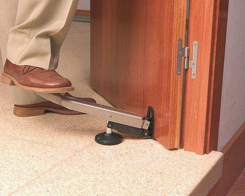 Как снять деревянную дверь с петель