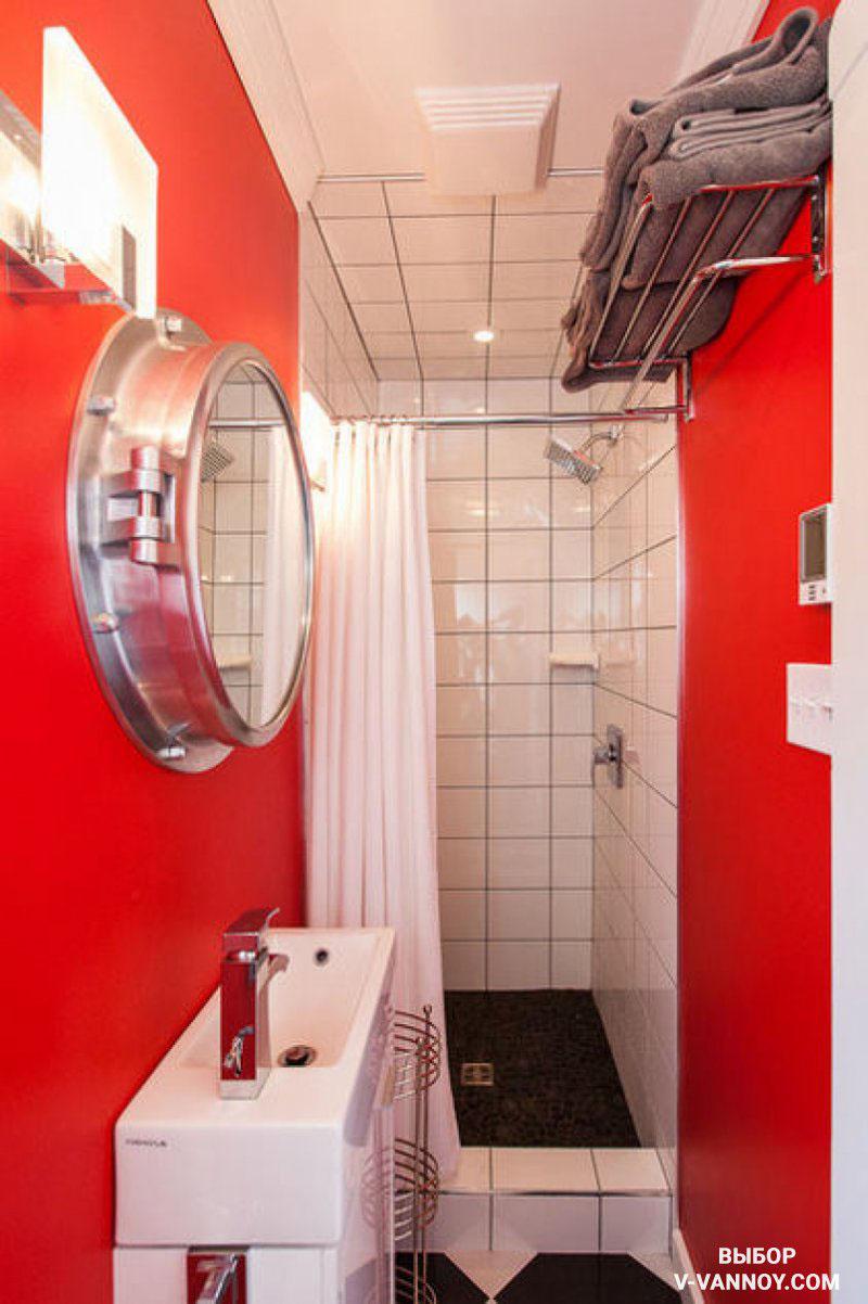 Две красные противоположные стены создают мнимую глубину в миниатюрной комнате. Это отличный способ, который позволяет «раздвинуть границы», без демонтажа перегородок.