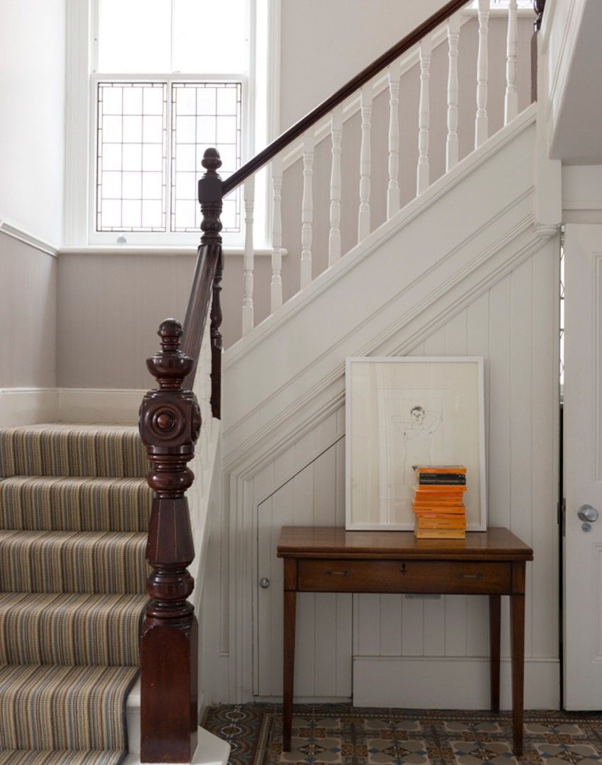 traditional-hallway-with-white-banister