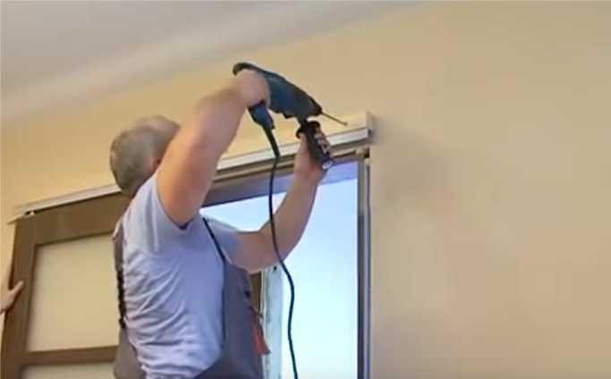 Переносим метки на стену при помощи тонкого сверла