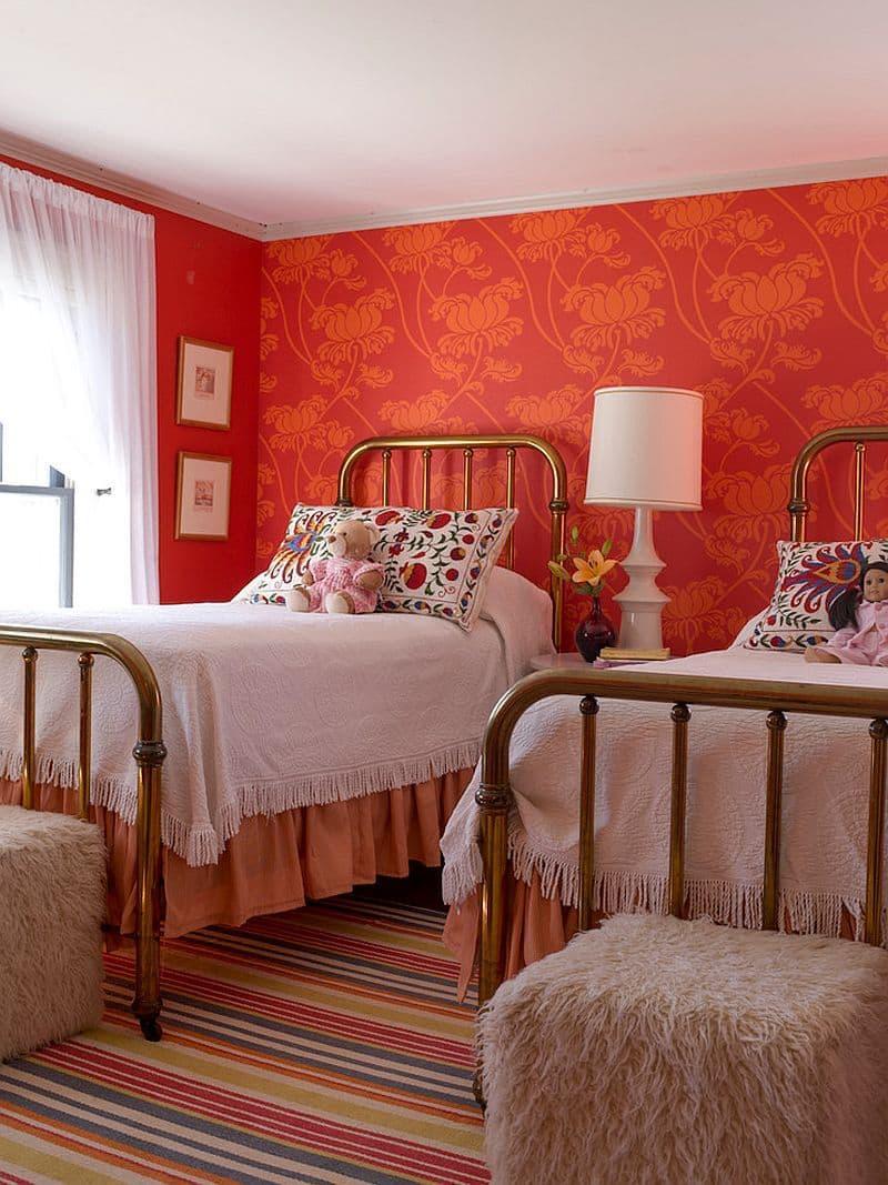Красные обои в интерьере спальни 4