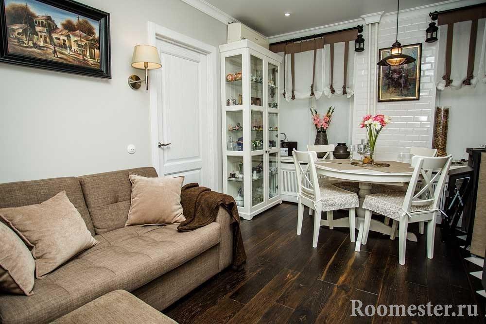 Интерьер гостиной с белыми стенами и темным полом