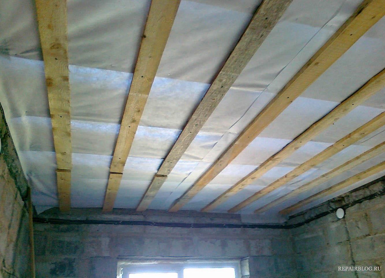 Пароизоляция для потолка в деревянном перекрытии: материалы и особенности монтажа