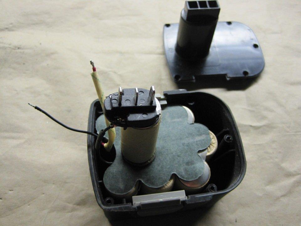 Старый аккумулятор со снятой крышкой