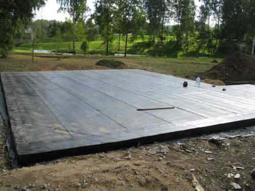 Залитый черновой пол гаража с настилом гидроизоляции
