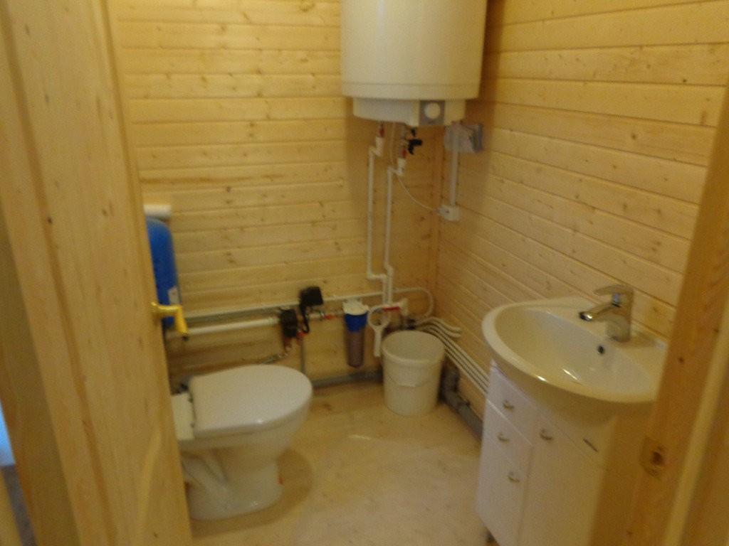 Туалет с умывальником. Здесь же разместили насосное оборудование и бойлер