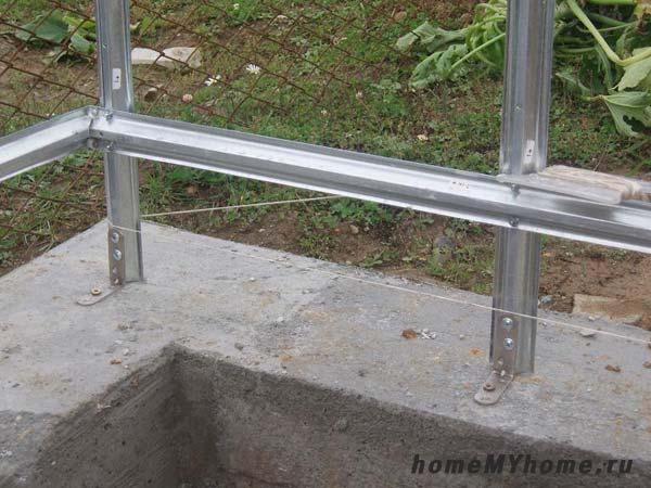 Крепление дуг с помощью металлических уголков