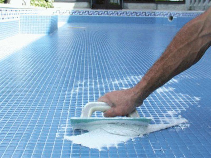 Эпоксидная затирка не боится воды, поэтому может использоваться даже в чашах бассейна