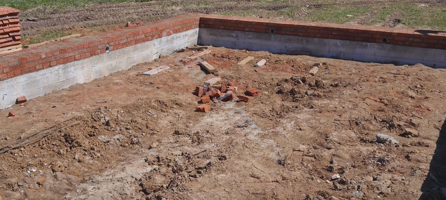 Готовый ленточный фундамент с цокольными рядами кирпича