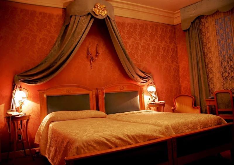 Красные обои в интерьере спальни 2